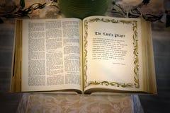 一部开放圣经 免版税库存照片