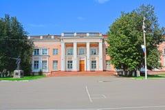 一部影片的工厂的娱乐中心在Narodnaya广场的在Pereslavl-Zalessky,俄罗斯 库存图片