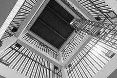 一部老螺旋形楼梯的上部和下来看法 免版税库存照片
