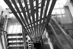 一部老螺旋形楼梯的上部和下来看法 图库摄影