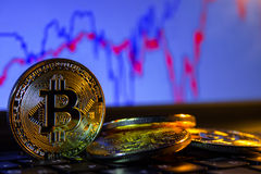 一金黄bitcoin有键盘和图表背景 隐藏货币的贸易的概念 库存图片