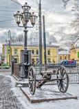 一门大炮和一个灯笼由三位一体大教堂在圣彼得堡 库存图片