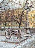一门大炮和一个灯笼由三位一体大教堂在圣彼得堡 免版税图库摄影