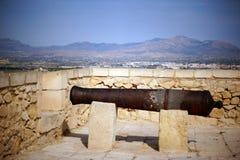 一门老大炮站立在山的一座古老城堡顶部 免版税图库摄影