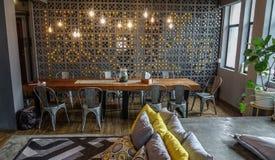 一间便宜的旅舍的客厅在曼谷 免版税库存照片