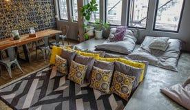 一间便宜的旅舍的客厅在曼谷 图库摄影