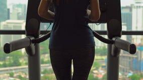 一间健身房的少妇在一条连续轨道的摩天大楼训练顶部有在一个全城市的一个看法 股票视频