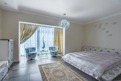 一间卧室的内部一栋豪华别墅的 免版税库存图片