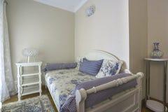一间卧室的内部一栋豪华别墅的 免版税库存照片