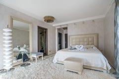 一间卧室的内部一栋豪华别墅的 库存照片