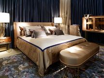 一间卧室的经典豪华内部深蓝和米黄口气的 库存照片