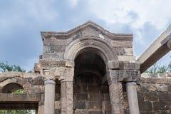 一间古老犹太教堂的遗骸在古老犹太人居住地el Kanatir废墟的-照顾在戈兰高地的曲拱 库存图片