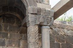 一间古老犹太教堂的遗骸在古老犹太人居住地el Kanatir废墟的-照顾在戈兰高地的曲拱 免版税图库摄影