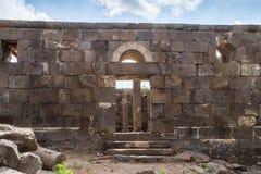 一间古老犹太教堂的遗骸在古老犹太人居住地el Kanatir废墟的-照顾在戈兰高地的曲拱 免版税库存照片