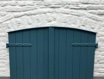一间地下室的老木门与蓝色油漆的 图库摄影