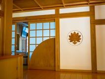 一间屋子的室内看法有一个木地板的,报道用榻榻米垫在京都,日本 免版税库存照片