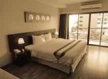 一间床屋子的内部在现代旅馆 免版税库存照片