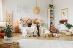 一间时髦的卧室的内部 免版税库存照片