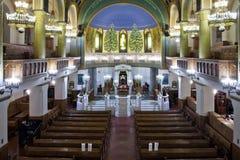 一间明亮和庄严的莫斯科合唱犹太教堂 长木凳和 免版税库存照片