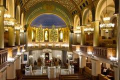 一间明亮和庄严的莫斯科合唱犹太教堂 长木凳和 库存照片