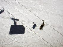 一间滑雪电缆车客舱的阴影的一个大角度看法在阿尔卑斯瑞士 免版税库存图片