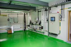 一间现代工业燃气锅炉屋子的内部 管道,水泵,阀门,测压器 免版税图库摄影