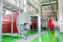 一间现代工业燃气锅炉屋子的内部 管道,水泵,阀门,测压器 图库摄影