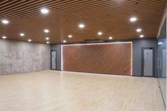 一间空的屋子的内部在商业中心一个现代办公室 库存照片