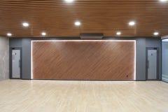 一间空的屋子的内部在商业中心一个现代办公室 图库摄影