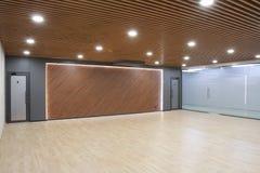 一间空的屋子的内部在商业中心一个现代办公室 免版税库存照片