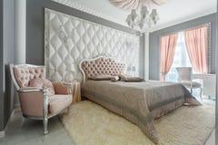 一间经典样式卧室的内部在豪华房子里 免版税库存照片