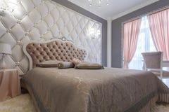 一间经典样式卧室的内部在豪华房子里 库存图片