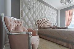 一间经典样式卧室的内部在豪华房子里 免版税库存图片