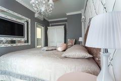 一间经典样式卧室的内部在豪华房子里 库存照片