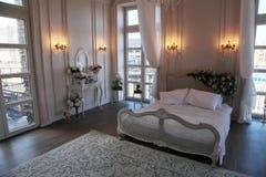 一间美丽的卧室的内部明亮的白色的 免版税图库摄影