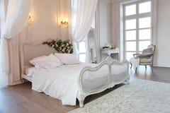 一间美丽的卧室的内部明亮的白色的 免版税库存图片