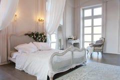 一间美丽的卧室的内部明亮的白色的 免版税库存照片