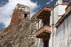 一间老佛教徒修道院的废墟高峭壁的在一个新的修道院,西藏,喜马拉雅山,北印度上 库存图片