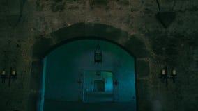 一间黑暗的中世纪屋子的看法一座城堡的与来自一盏油灯的光 影视素材