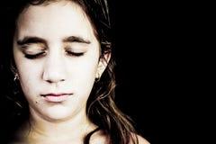 一非常哀伤女孩哭泣的严重的纵向 库存照片