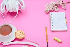 一面少年儿童的桌的顶视图,铅笔的构成膝上型计算机橡皮擦花玻璃的与饮料耳机棒棒糖 库存图片