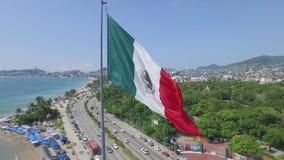 一面旗子的全景在海岸的 影视素材