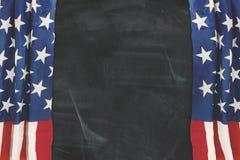 一面美国国旗的帷幕与黑板的 库存照片