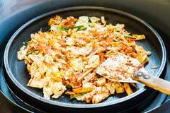 一韩国喜爱:韩国辣混乱油煎了菜、鸡和韩国辣调味汁& x28; Gochujang& x29;在大热的平底锅 免版税图库摄影