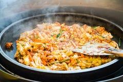 一韩国喜爱:韩国辣混乱油煎了菜、鸡和韩国辣调味汁& x28; Gochujang& x29;在大热的平底锅 库存图片