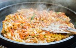 一韩国喜爱:韩国辣混乱油煎了菜、鸡和韩国辣调味汁& x28; Gochujang& x29;在大热的平底锅 库存照片