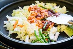 一韩国喜爱:韩国辣混乱油煎了菜、鸡和韩国辣调味汁& x28; Gochujang& x29;在大热的平底锅 图库摄影