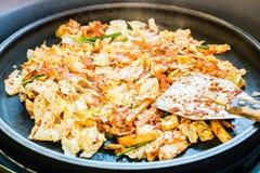 一韩国喜爱:韩国辣混乱油煎了菜、鸡和韩国辣调味汁& x28; Gochujang& x29;在大热的平底锅 免版税库存图片