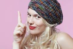 一顶五颜六色的贝雷帽的金发碧眼的女人 库存图片