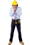 一顶安全帽的男性建筑师有工具箱的 免版税库存照片